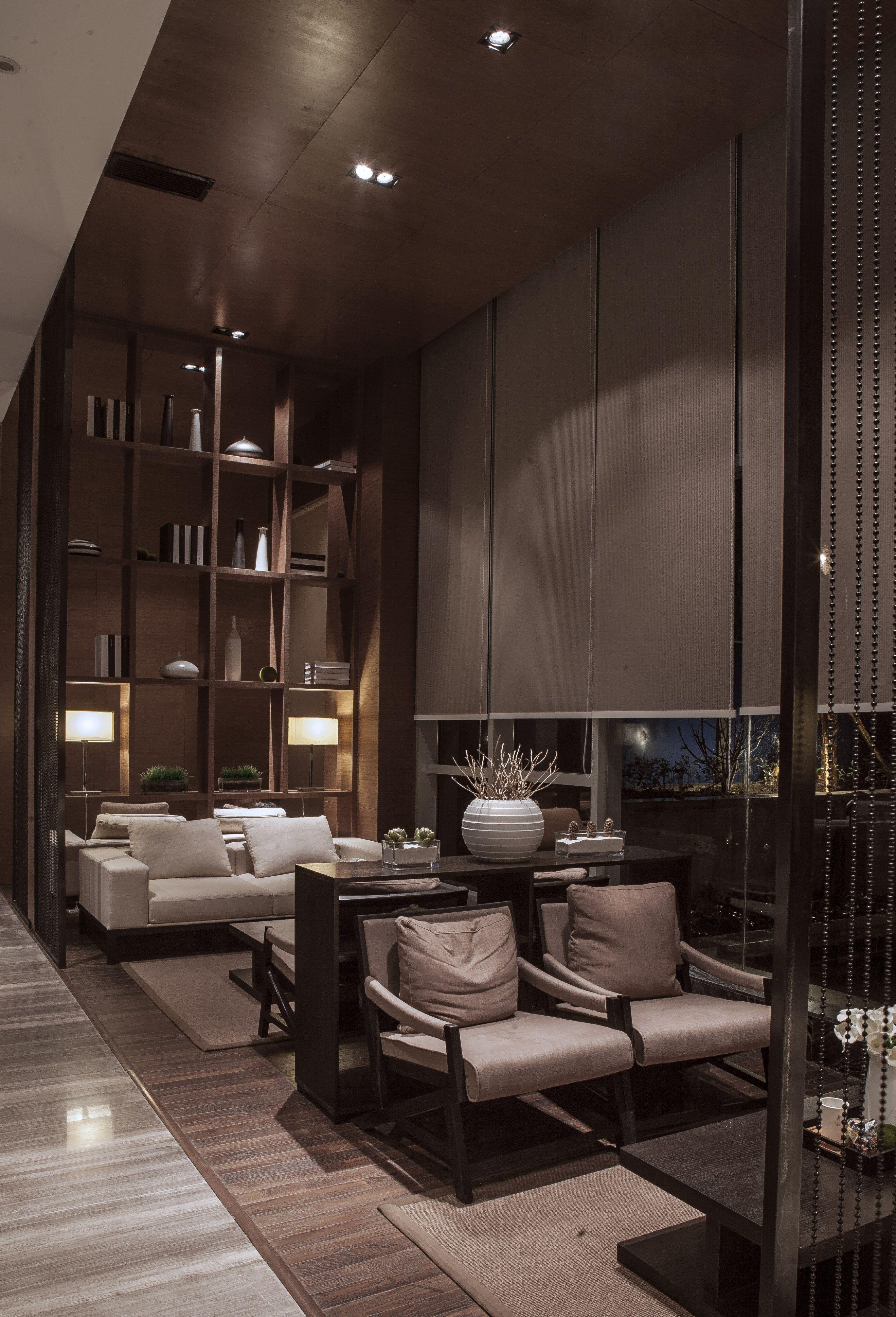 本项目因受工期及成本管控因素,项目空间以建筑商业群楼作为销售场所,从而带来室内空间使用功能受空间结构柱体制约,对与周边同类产品以独立性、单体性、专一性建筑作为销售空间,在外部识别与内部使用上的使用优势,在本案设计思路扬长避短的主导思想,重室内、弱室外。室内分区以结构柱为分割核心,采用对称化对应性化的处理方式,划分空间主次功能,并以空间使用与功能的主次流线,结合建筑采光依次设置空间使用功能。同时通过空间块面凹凸造型、利用材质本身色泽,质感属性结合平面功能区域划,以转折、围合的手法区分功能。针对周边同类项目销