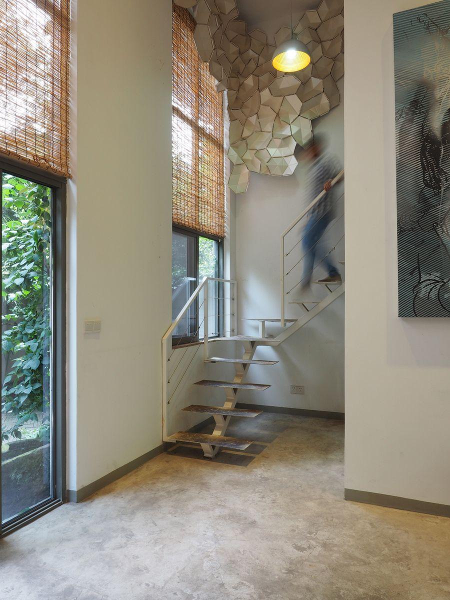 """diy的墙体装饰,被装饰墙完全遮掩的洗手间入口……     """"办公室很多"""