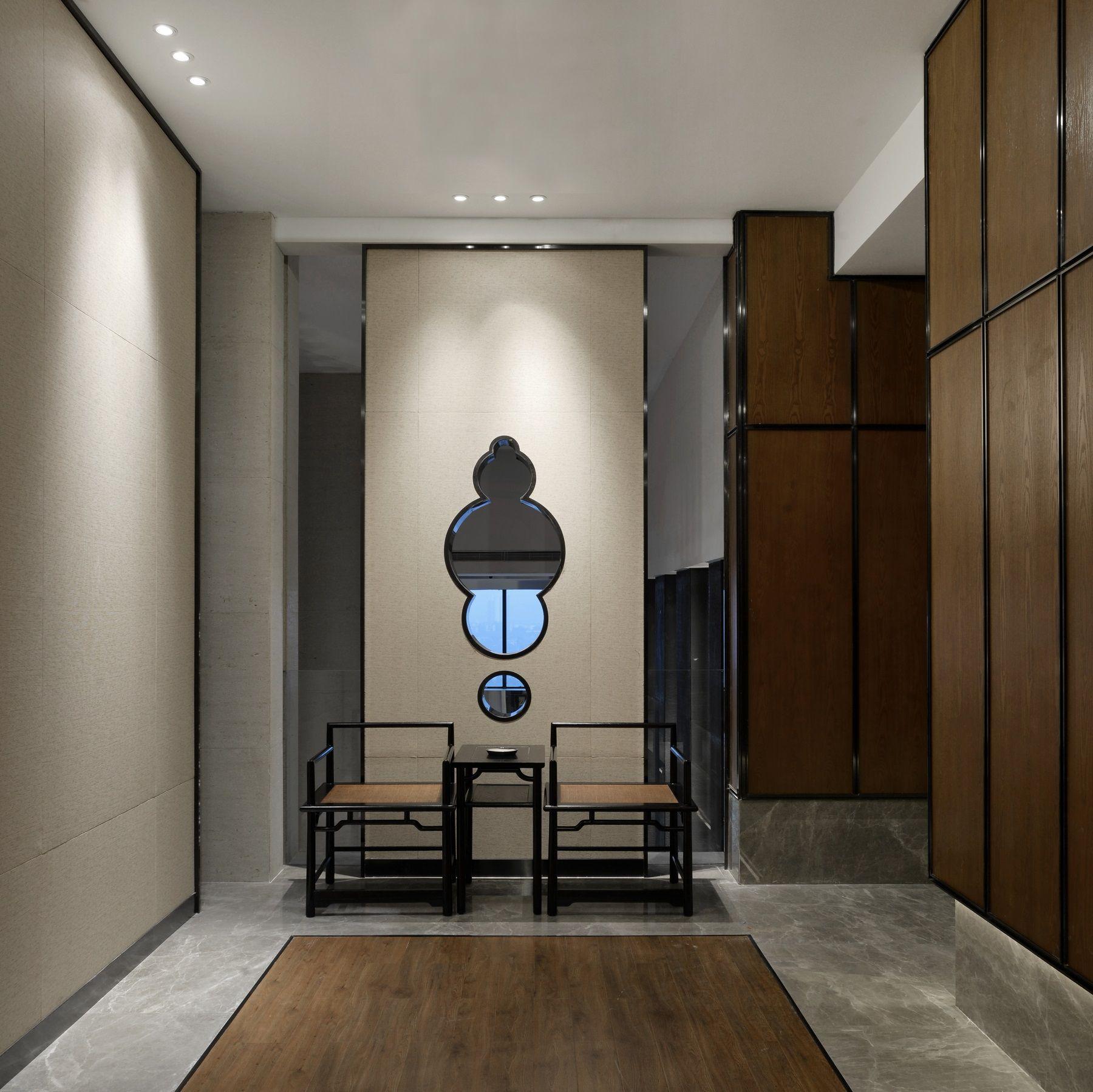 沪申荟源自上海,强调美食与文化的融合,同时,投资方作为中国古典家具与艺术品收藏家,希望在空间中使自己的收藏得到呈现。考虑到建筑空间的原有风格及投资方需求,设计师决定采用新中式手法来打造会所,而非重庆过往高档场所常见的欧式调性。 对会所大堂空间及简餐区,重视对于空间原有文脉的传承,设计师仅对陈设部分略作调整,而把作力点放在中餐厅与茶室区域,尤其是中餐区域,重新构建出十一间大小不同包房来满足会所经营需求,力图将其打造成为重庆地区最有品质的会所餐厅。 在本项目的设计过程中,设计师与投资方在对会所的整体定位上经充