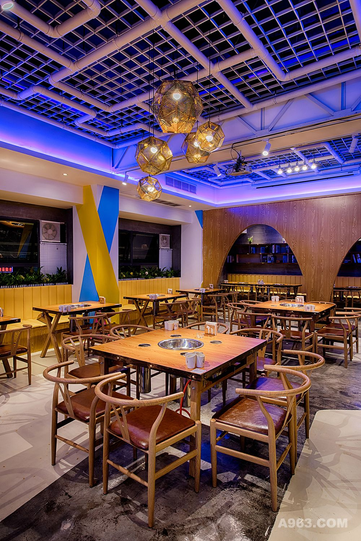顾名思义,本次作品不只是串店也是酒馆,致力于打造无国界餐厅,给人以轻松的氛围,不仅有串串香,还有自量自销的果酒, 各种进口啤酒,同时紧邻市学校,街道。根据不同消费人群需求。不仅仅可以就餐,还可以举行派对,狂欢夜。无国界餐厅氛围,带loft元素的顶面,可随意变换的灯光,相同的空间打造出不同的氛围,充满生机的绿植墙面让人们仿佛回到了大自然。一楼整体设为接待等待区,为顾客提供了良好的等待环境,二楼采用木质半通透半开放的空间布局,临街靠窗位置设计为卡座,营造良好的就餐环境,采用前后双开的冰柜,更好的利用和节约了空